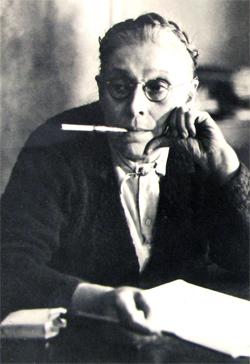 Françoise et son fume-cigarette, Archives départementales de la Haute-Garonne.