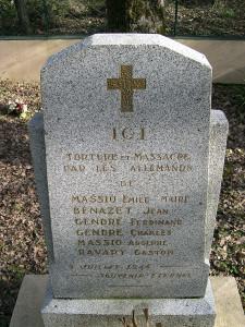 Stèle en mémoire des six habitants assassinés à cet endroit de la forêt de Buzet.