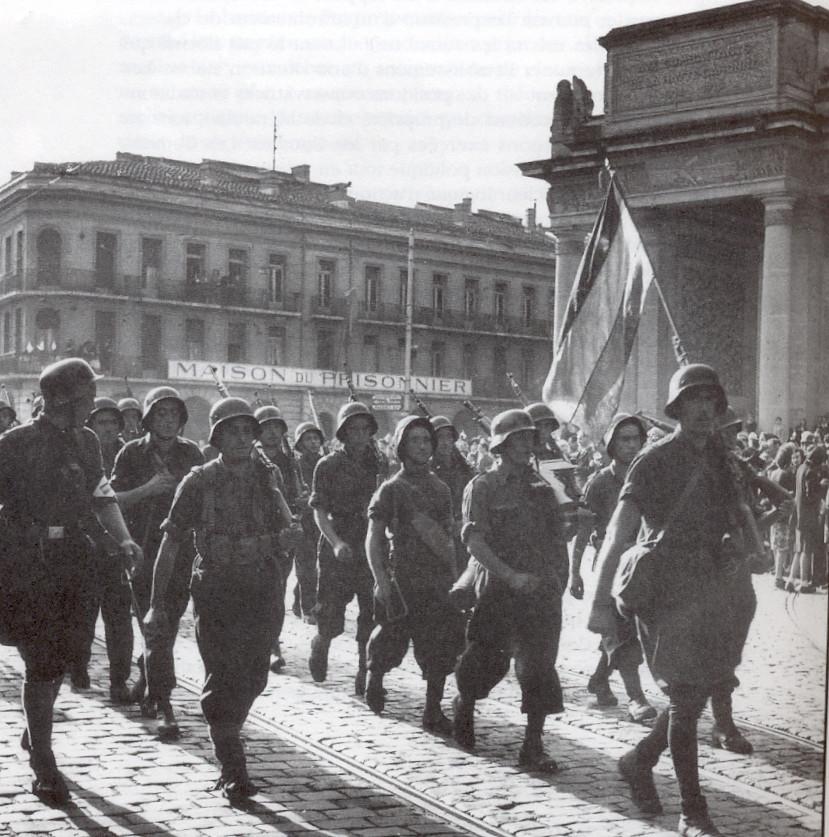 Défilé des Guérilleros au Monument en mort. Photo restée célèbre car les Espagnols défilent avec le casque allemand sur la tête peint en bleu. Photo Jean Dieuzaide