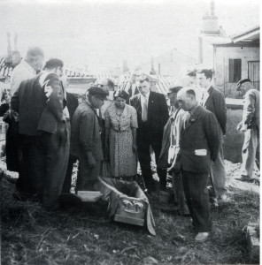 Exhumation de Mendel Langer par ses amis, 1944