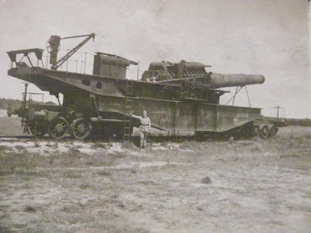 François Verdier devant Régiment d'artillerie lourde en voie ferrée